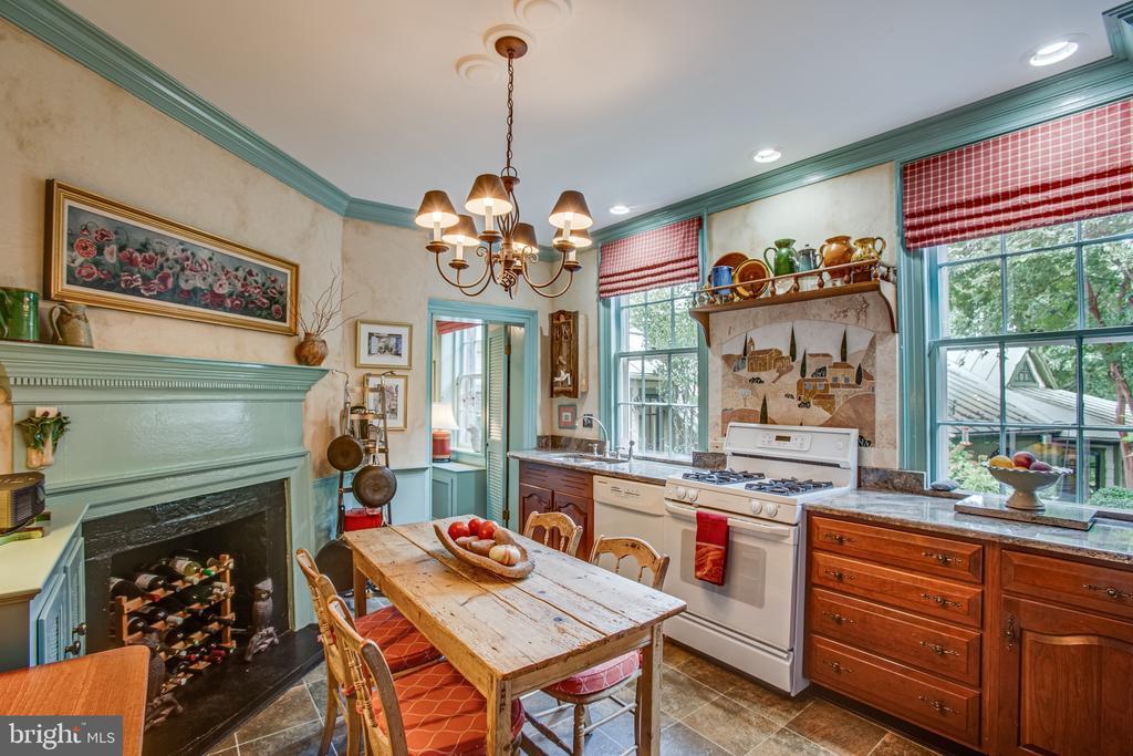 Large fireplace adds charm - 1501 CAROLINE ST, FREDERICKSBURG