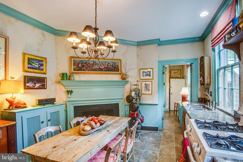 This kitchen is so charming and welcoming - 1501 CAROLINE ST, FREDERICKSBURG