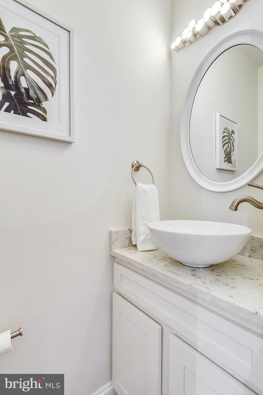 Main level half bath - 1326 N CLEVELAND ST, ARLINGTON