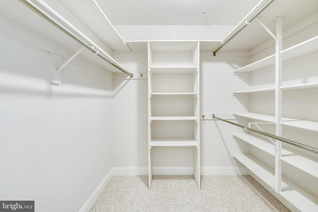 Walk-in closet - 1326 N CLEVELAND ST, ARLINGTON