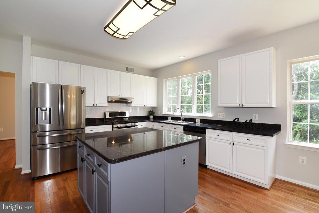 Kitchen w SS appliances - 43847 AMITY PL, ASHBURN