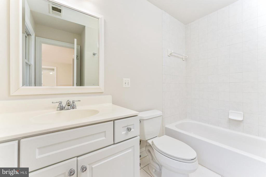 Full bathroom on second level - 262 W NORTH AVE, WINCHESTER