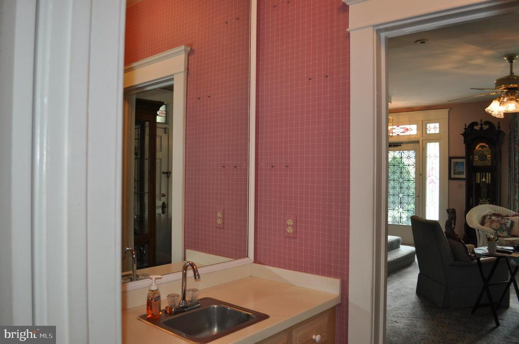 Butler pantry between kitchen and family room - 11690 FREDERICK RD, ELLICOTT CITY