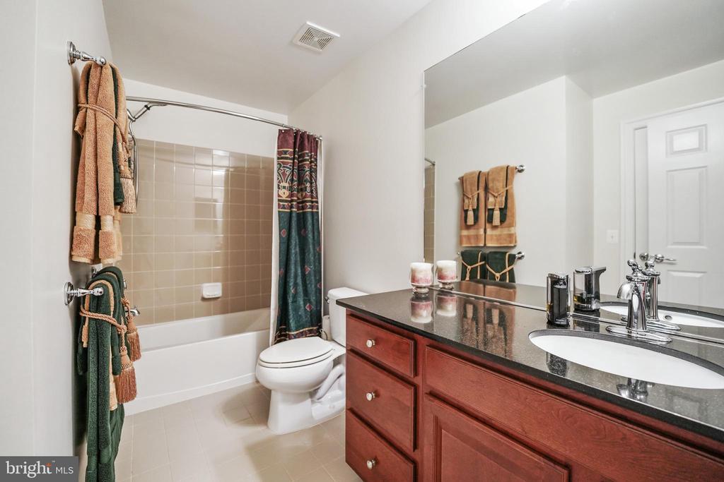 Entry level full bathroom - 478 GLADE FERN TER SE, LEESBURG