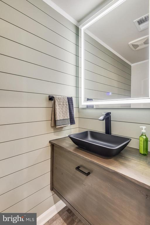 PR w/ upgrade vanity & mirror + wall accent - 45127 KINCORA DR, STERLING