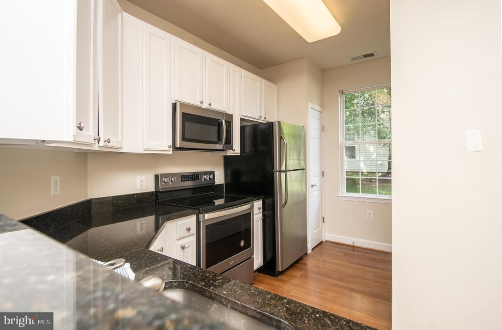 Kitchen refrigerator with ice maker - 42531 ROCKROSE SQUARE #102, ASHBURN