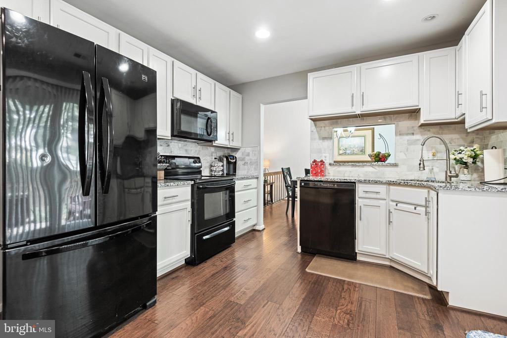 Fully renovated kitchen boasts newer appliances - 505 ASPEN DR, HERNDON