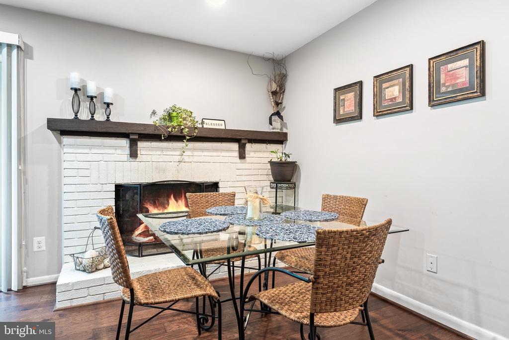Cozy wood burning fireplace - 505 ASPEN DR, HERNDON