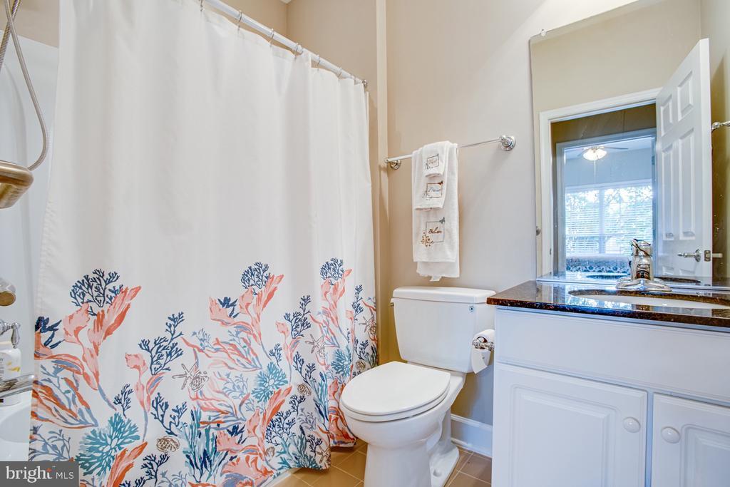 Main level full bathroom - 68 TABLE BLUFF DR, FREDERICKSBURG
