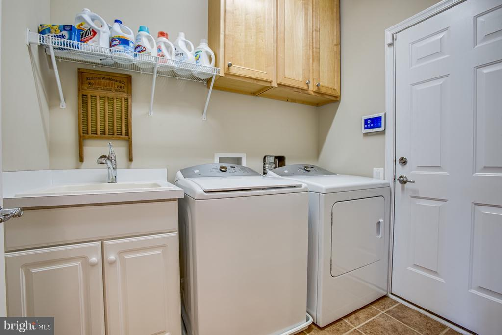 Laundry room with sink - 68 TABLE BLUFF DR, FREDERICKSBURG