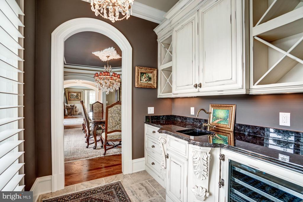 Butler's Pantry Leading to Dining Room - 40483 GRENATA PRESERVE PL, LEESBURG