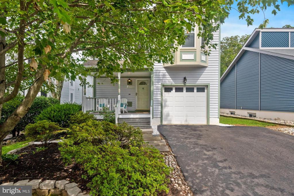 Only a Handful of Homes in Community Have a Garage - 8423 HOLLIS LN, VIENNA