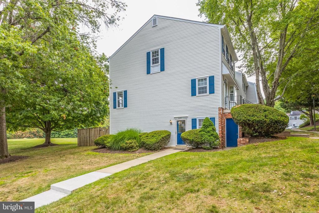 Good front set back yet close to ample parking - 5975 FIRST LANDING WAY #3, BURKE