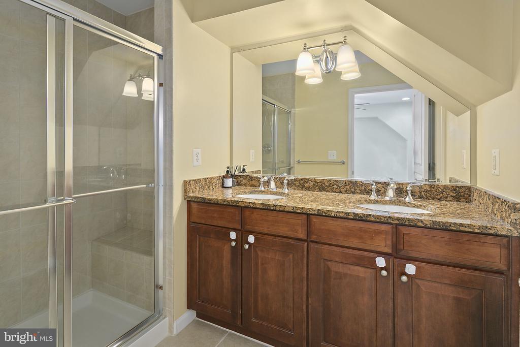 Primary bathroom 1, dual vanities, walk-in shower - 2615 S KENMORE CT, ARLINGTON