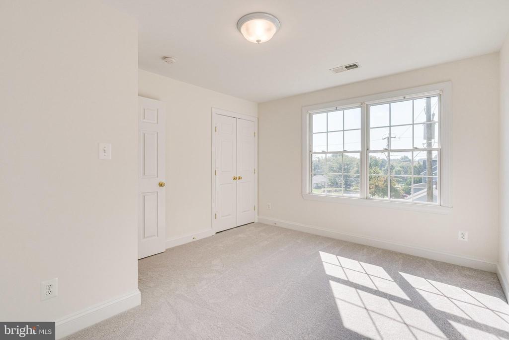 Third Bedroom with en suite bath - 1822 ANDERSON RD, FALLS CHURCH