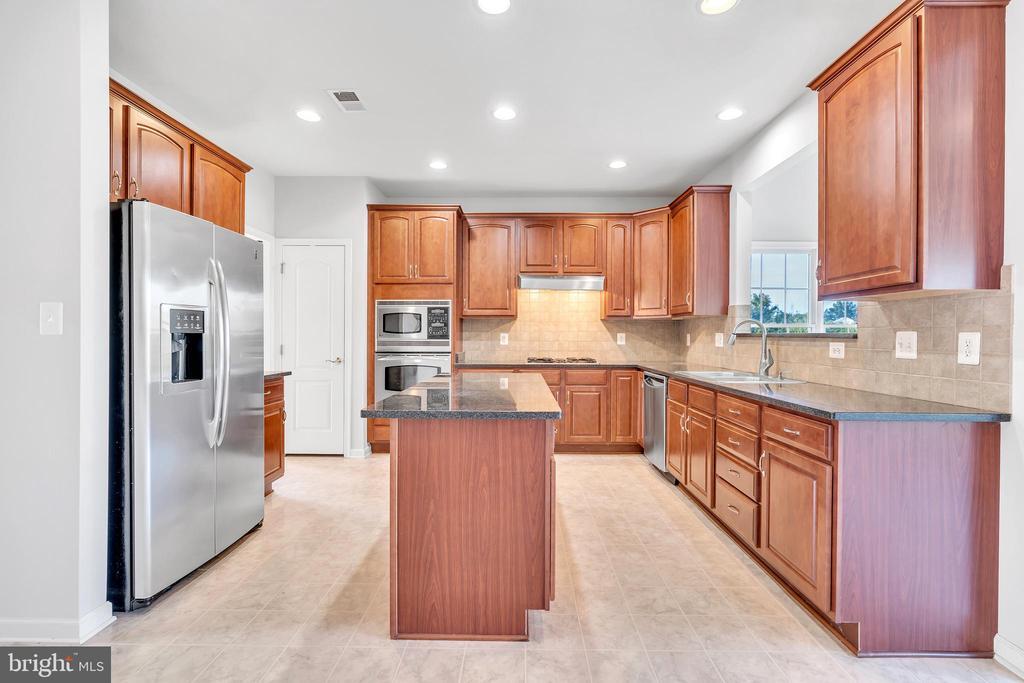 Gourmet Kitchen w/ Island and Granite Countertops - 20373 MEDALIST DR, ASHBURN