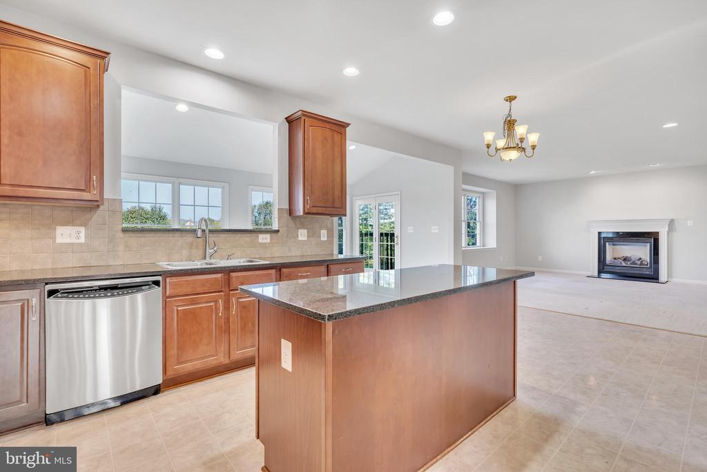 Kitchen opens up to Family Room - 20373 MEDALIST DR, ASHBURN