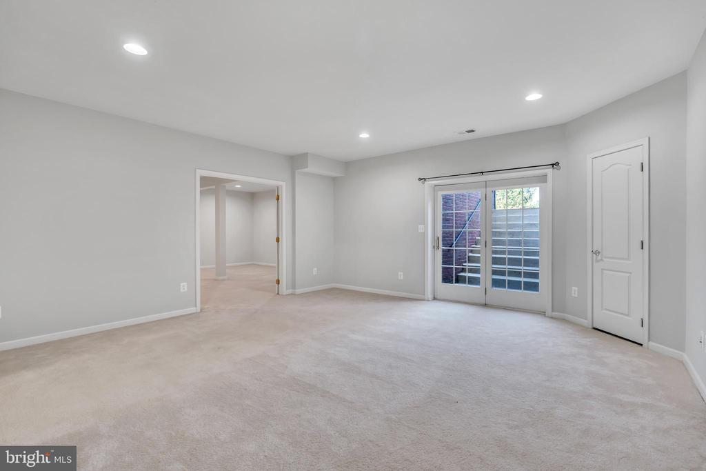 Convenient Walkout Stairs to backyard - 20373 MEDALIST DR, ASHBURN