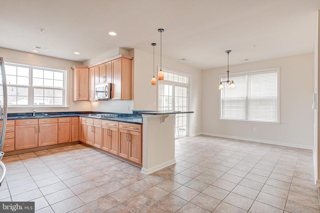 Spacious light filled kitchen - 43610 HAMPSHIRE CROSSING SQ #AD-205, LEESBURG