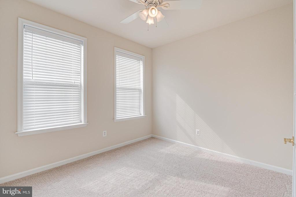 This flex space can be an office or 4th bedroom - 43610 HAMPSHIRE CROSSING SQ #AD-205, LEESBURG
