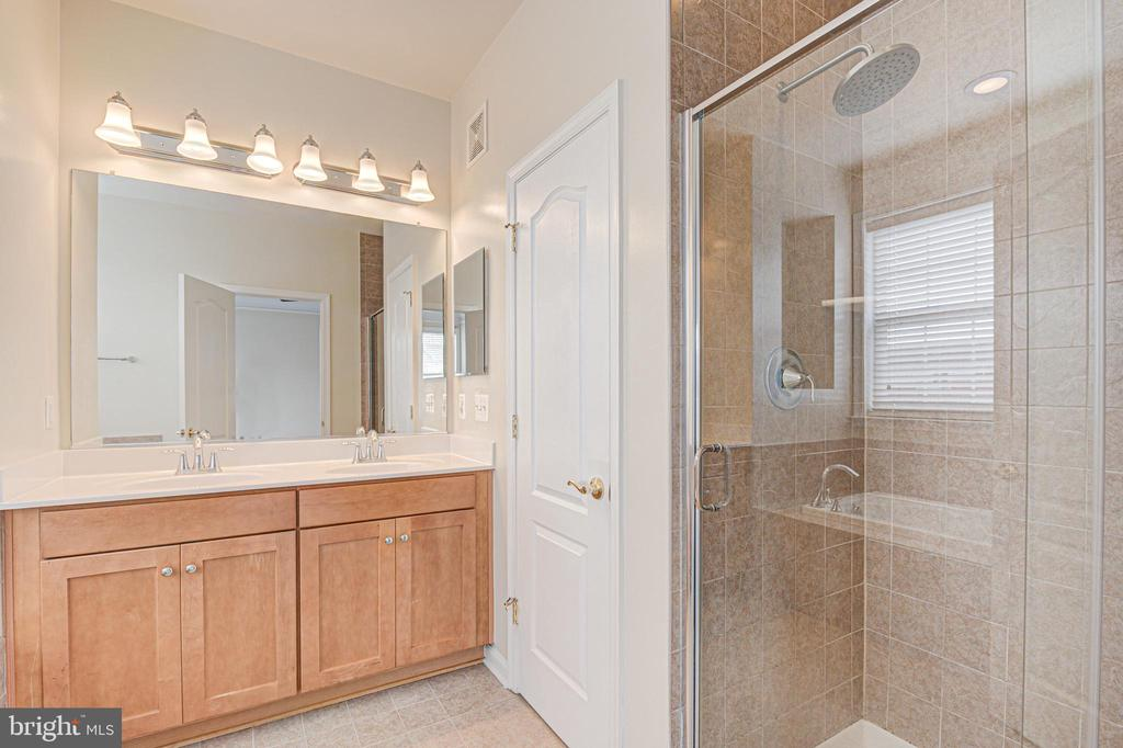 Primary bath with double bowl vanities - 43610 HAMPSHIRE CROSSING SQ #AD-205, LEESBURG