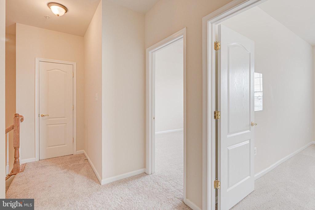 Wide upper level hallways - 43610 HAMPSHIRE CROSSING SQ #AD-205, LEESBURG