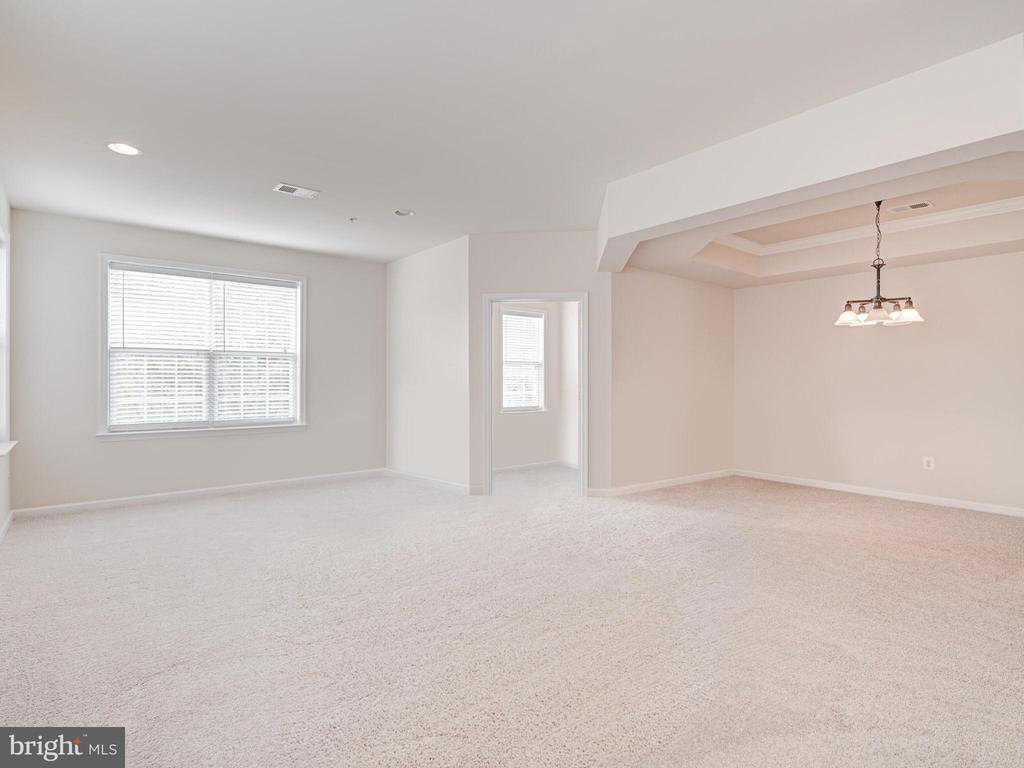 Great family room for entertaining - 43610 HAMPSHIRE CROSSING SQ #AD-205, LEESBURG