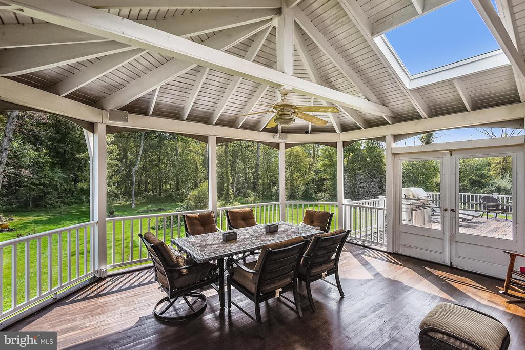 Screened in porch - 19186 CHARANDY DR, LEESBURG
