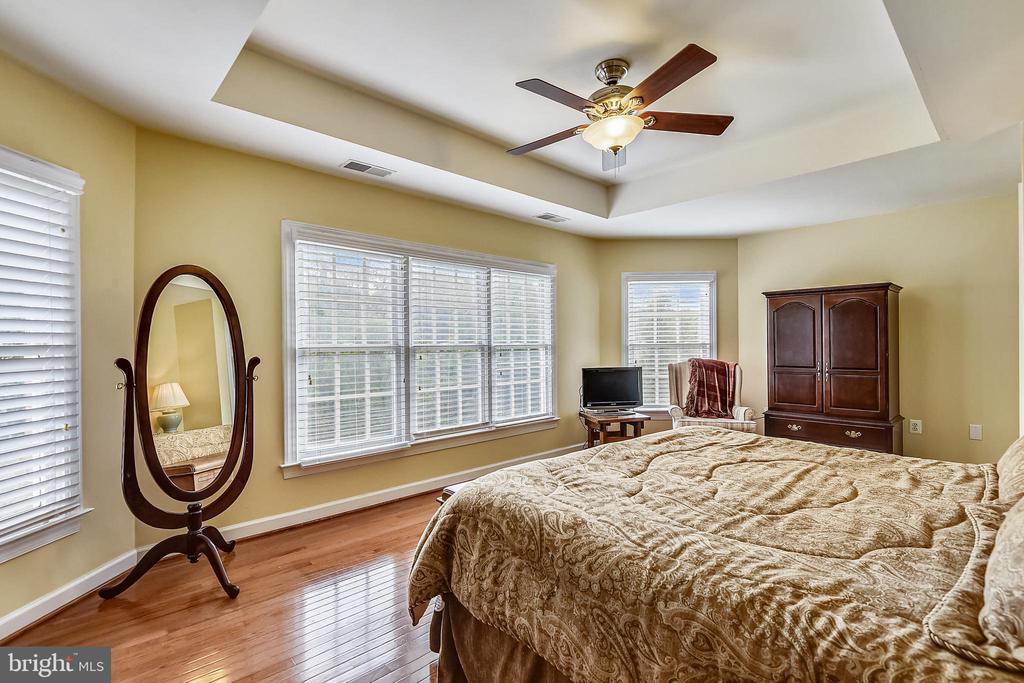 Bedroom 2 with en suite bathroom - 19186 CHARANDY DR, LEESBURG