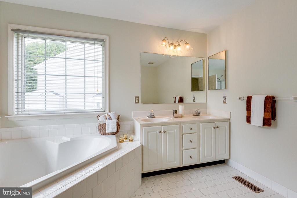 Owners Bathroom w/Soaking Tub - 7617 STRATFIELD LN, LAUREL