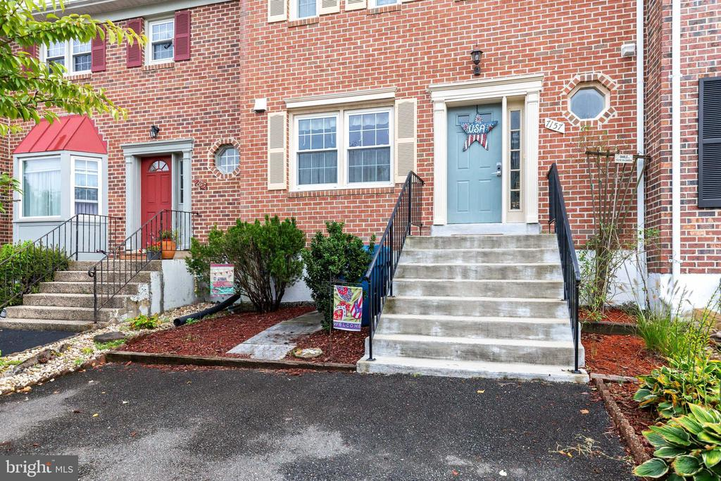 Landscaped for low maintenance! - 7157 LAKE COVE DR, ALEXANDRIA