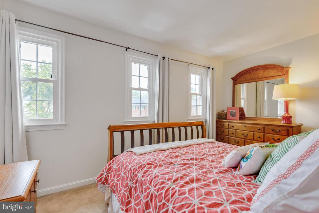 2nd bedroom w/ lots of light - 7157 LAKE COVE DR, ALEXANDRIA