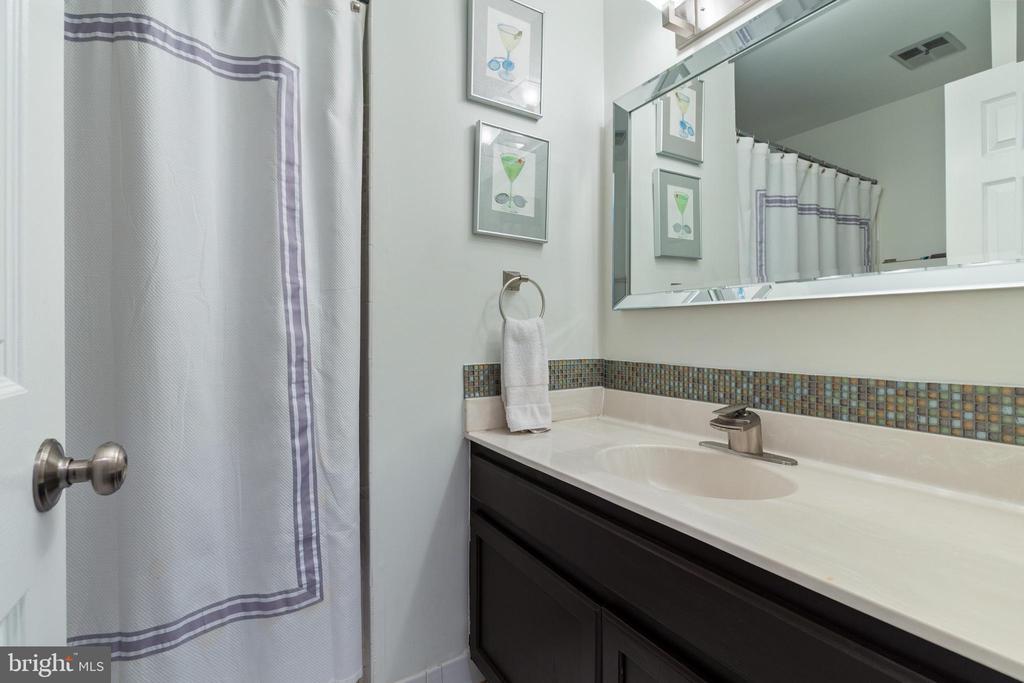 Full bath - upstairs hallway - 7157 LAKE COVE DR, ALEXANDRIA