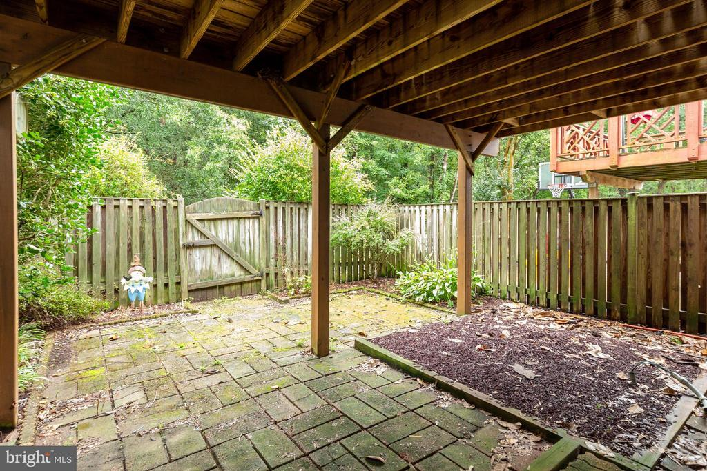 Rear Patio w/ landscaping for low maintenance - 7157 LAKE COVE DR, ALEXANDRIA
