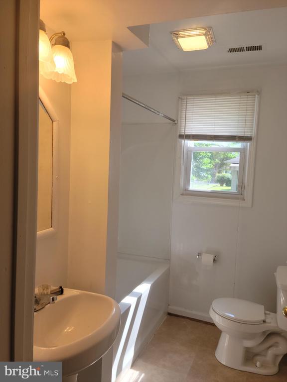 Full Bathroom - 208 MAYFIELD AVE, FREDERICKSBURG