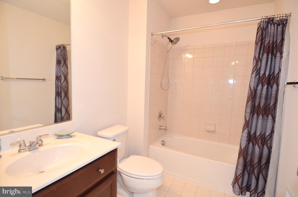 Private guest room bath - 5647 LIBERTY MANOR CIR, WOODBRIDGE