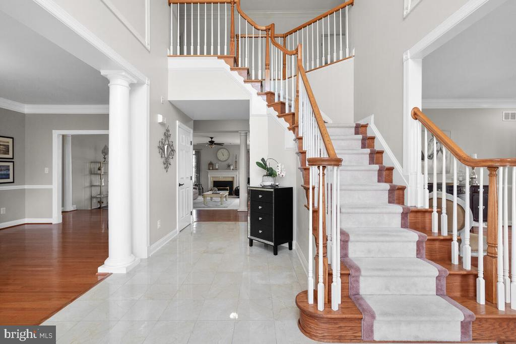Impressive double turned staircase - 17566 TOBERMORY PL, LEESBURG