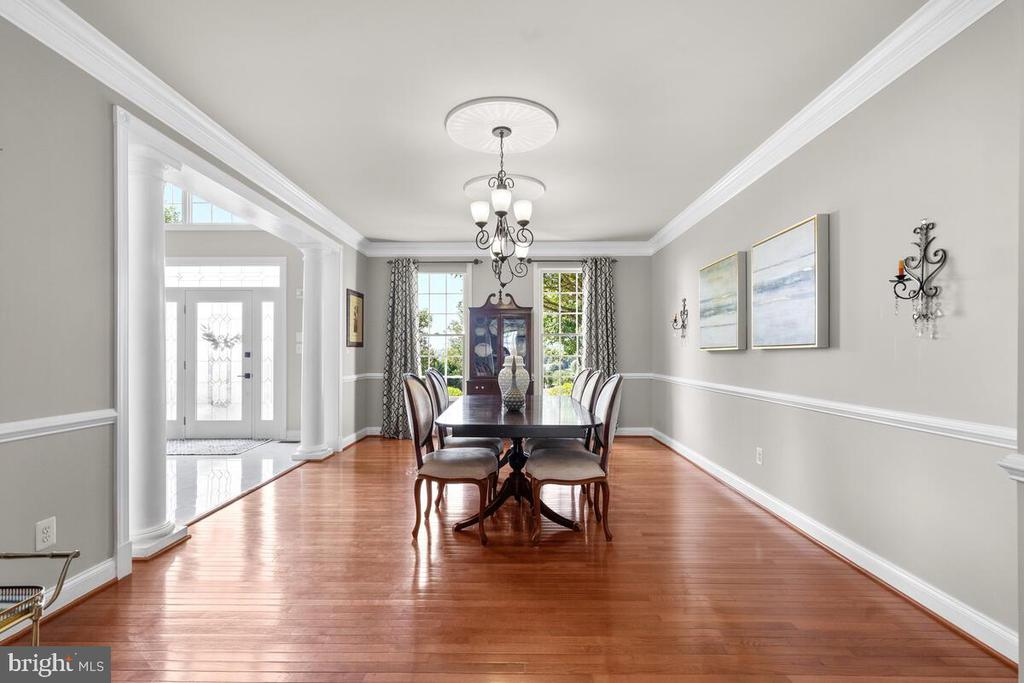 Formal dining room can handle large tables - 17566 TOBERMORY PL, LEESBURG