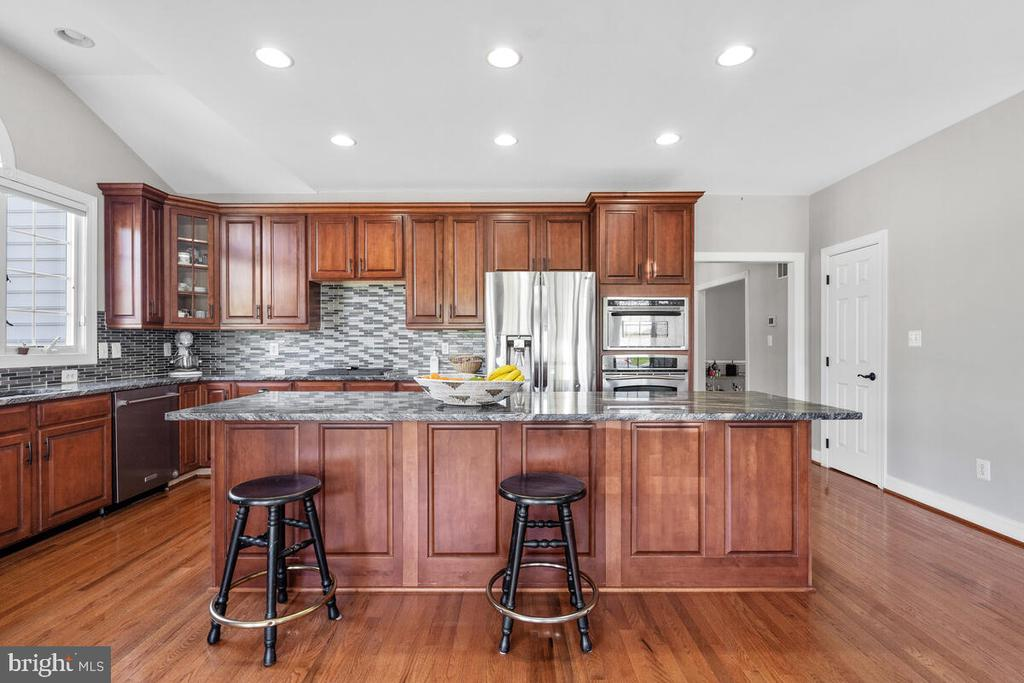 Gourmet kitchen with upgraded appliances - 17566 TOBERMORY PL, LEESBURG