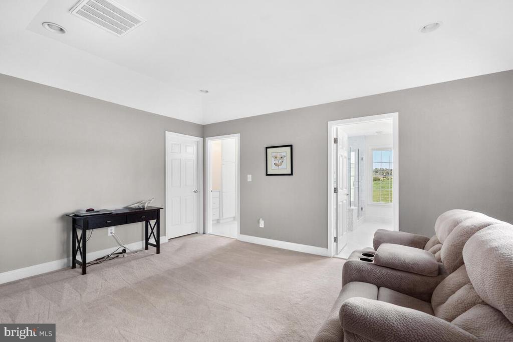Sitting room in the master bedroom. - 17566 TOBERMORY PL, LEESBURG