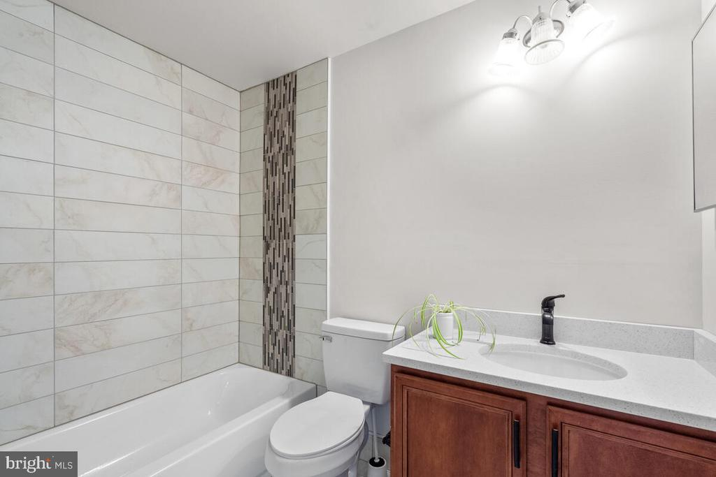 Ensuite bath for bonus room #1. - 17566 TOBERMORY PL, LEESBURG