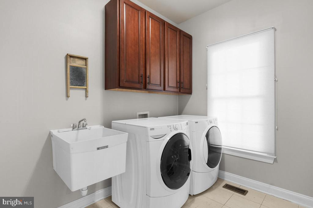 Upgraded washer dryer with soaking tub. - 17566 TOBERMORY PL, LEESBURG