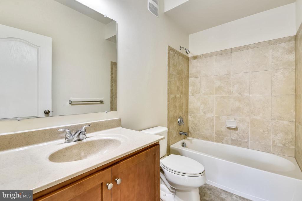 Upper level hall bath - 23542 HOPEWELL MANOR TER, ASHBURN
