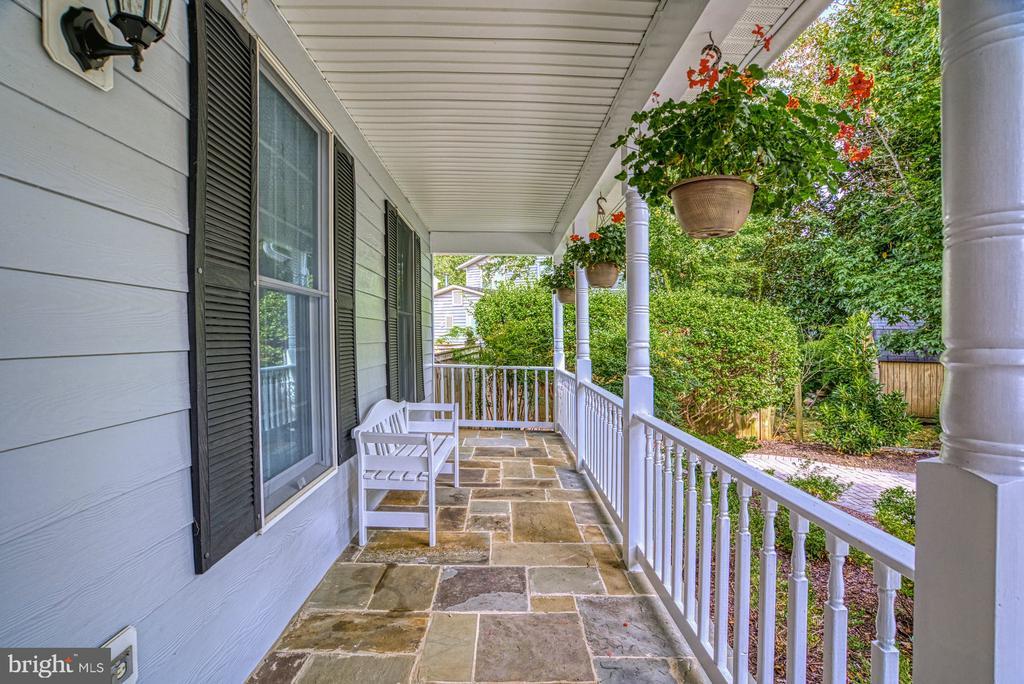 Inviting front porch... - 2020 N ROOSEVELT ST, ARLINGTON