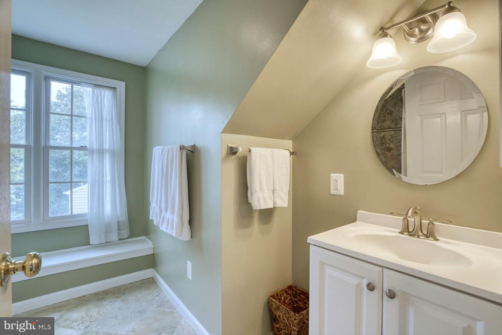 3rd Level with own full bath! - 2020 N ROOSEVELT ST, ARLINGTON