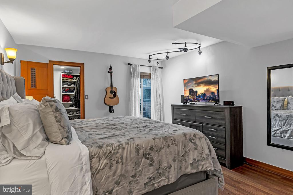 Primary Bedroom w walk-in closet and primary bath - 1733 S HAYES ST #A-1, ARLINGTON