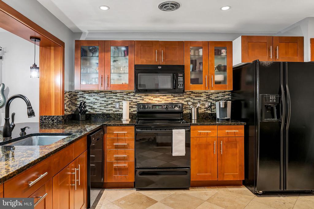 Large kitchen - 1733 S HAYES ST #A-1, ARLINGTON