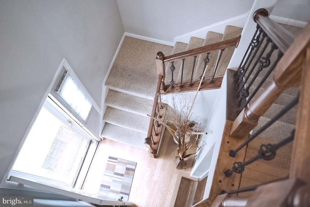 View of entrance from main floor/2nd floor - 18121 ROYAL BONNET CIR, GAITHERSBURG