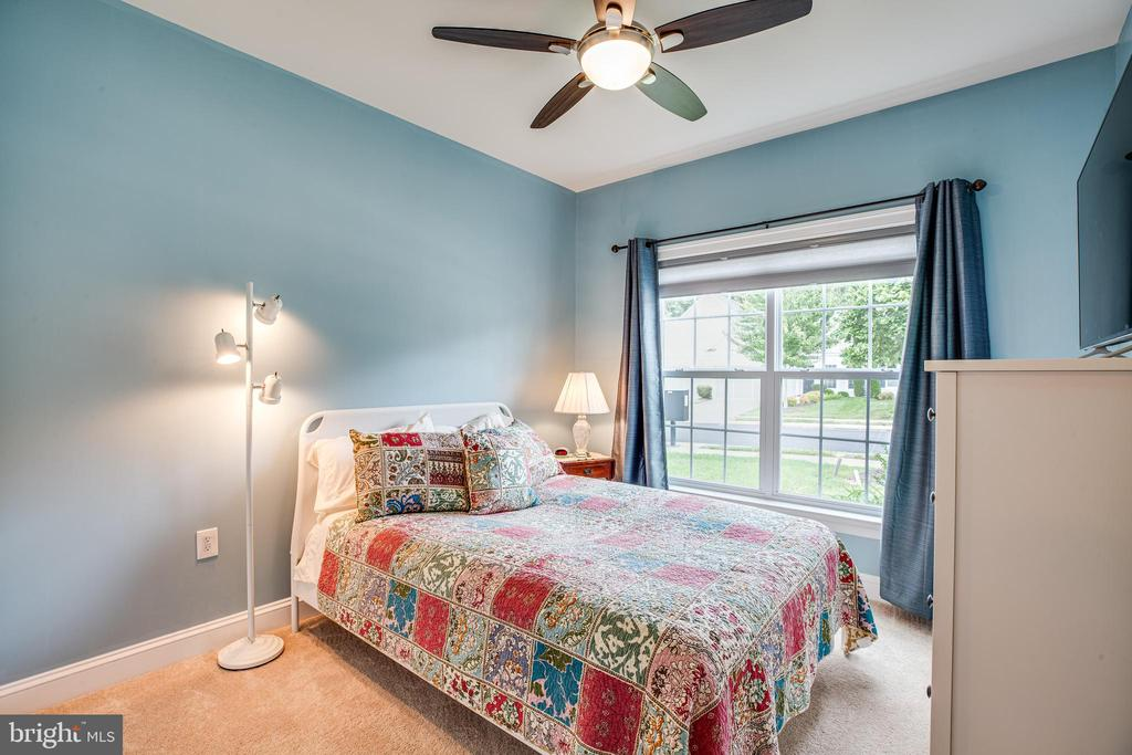 Spacious BR with top-down/bottom-up blinds - 238 LONG POINT DR, FREDERICKSBURG