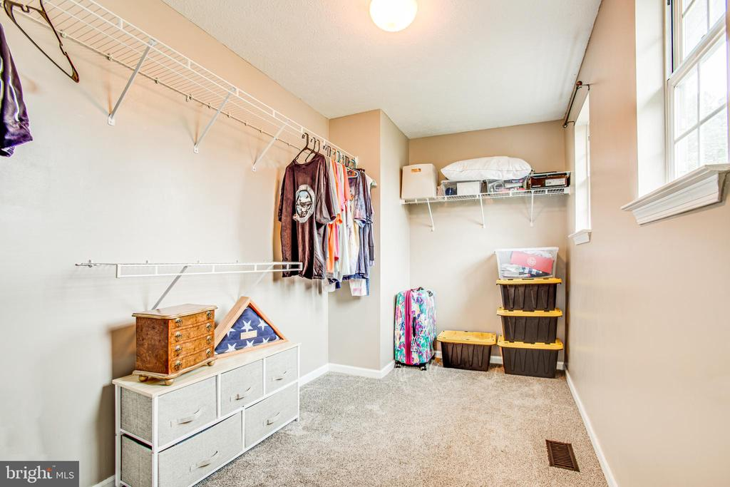 Large walk-in closet, primary bedroom - 67 SAINT ROBERTS DR, STAFFORD